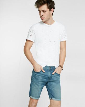 Cómo combinar: camiseta con cuello circular blanca, pantalones cortos vaqueros azules