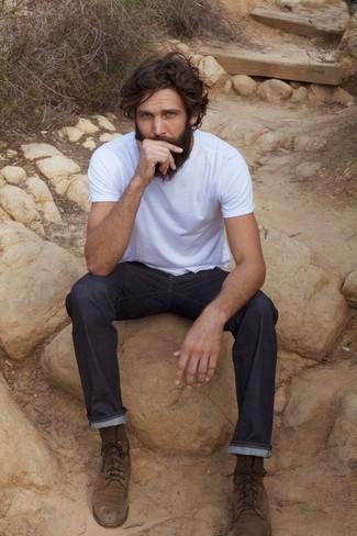 Cómo combinar: camiseta con cuello circular blanca, vaqueros azul marino, botas casual de ante marrónes