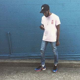 Cómo combinar: camiseta con cuello circular blanca, vaqueros desgastados azules, deportivas en multicolor, gorra de béisbol negra