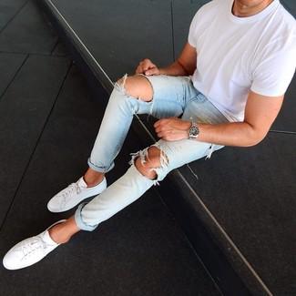 Cómo combinar: camiseta con cuello circular blanca, vaqueros desgastados celestes, tenis de cuero blancos, reloj plateado