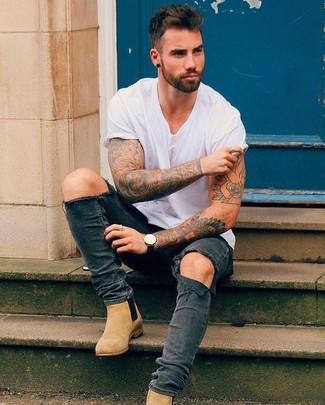 Cómo combinar: camiseta con cuello circular blanca, vaqueros pitillo desgastados en gris oscuro, botines chelsea de ante marrón claro, reloj de cuero negro