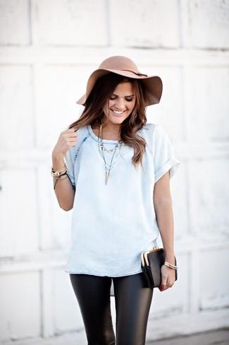 Cómo combinar: camiseta con cuello circular vaquera celeste, leggings de cuero negros, cartera sobre de cuero negra, sombrero de lana en beige