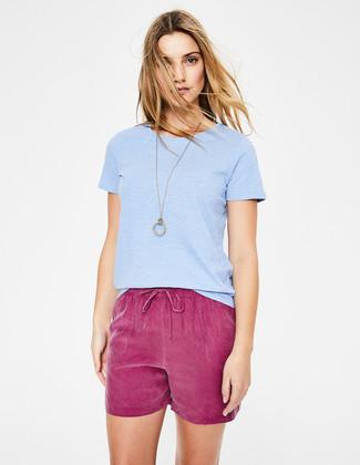 Cómo combinar: camiseta con cuello circular celeste, pantalones cortos morado, colgante dorado