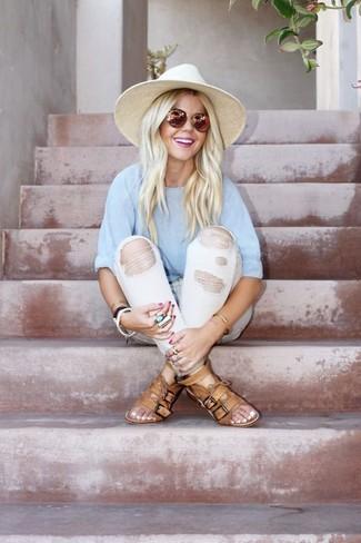 Cómo combinar: camiseta con cuello circular celeste, vaqueros desgastados blancos, sandalias planas de cuero marrón claro, sombrero de paja en beige