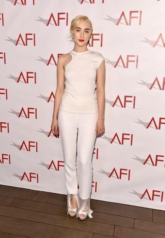 Cómo combinar: camiseta con cuello circular con recorte blanca, pantalones pitillo сon flecos blancos, sandalias de tacón de cuero blancas