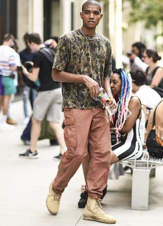 Cómo combinar: camiseta con cuello circular de camuflaje verde oliva, pantalón cargo rosado, botas casual de cuero marrón claro