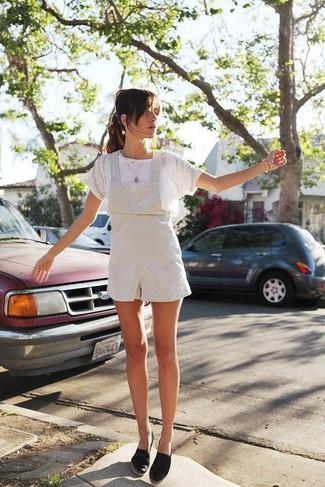 Cómo combinar: camiseta con cuello circular de encaje blanca, peto corto blanco, alpargatas de lona negras