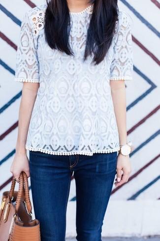 Cómo combinar: camiseta con cuello circular de encaje blanca, vaqueros pitillo azul marino, bolsa tote de cuero marrón claro