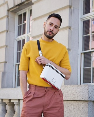 Cómo combinar: camiseta con cuello circular de punto mostaza, pantalón chino rosado, riñonera blanca
