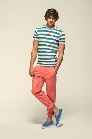 Cómo combinar: camiseta con cuello circular de rayas horizontales en blanco y azul, pantalón chino rosado, tenis azules