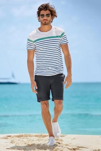 Cómo combinar: camiseta con cuello circular de rayas horizontales en blanco y azul, pantalones cortos en gris oscuro, tenis blancos