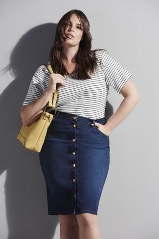 Cómo combinar: camiseta con cuello circular de rayas horizontales en blanco y negro, falda con botones vaquera azul marino, bolsa tote de cuero amarilla
