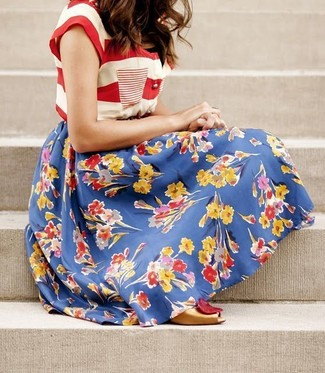 Cómo combinar: camiseta con cuello circular de rayas horizontales en blanco y rojo, falda campana con print de flores azul, zapatos de tacón de cuero con recorte dorados