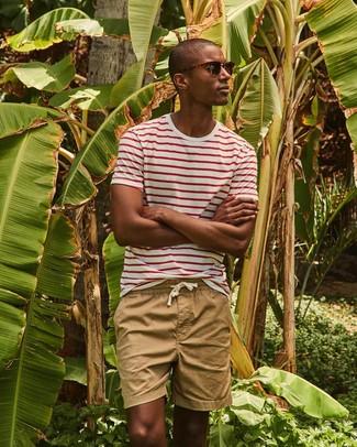 Look de moda: Camiseta con cuello circular de rayas horizontales en blanco y rojo, Pantalones cortos marrón claro, Gafas de sol en marrón oscuro