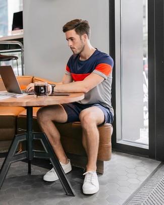Cómo combinar: camiseta con cuello circular de rayas horizontales en multicolor, pantalones cortos azul marino, tenis blancos