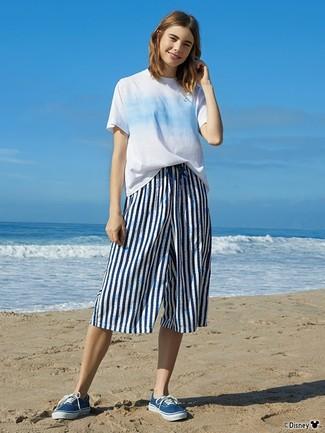 Cómo combinar: camiseta con cuello circular efecto teñido anudado celeste, falda pantalón de rayas verticales en blanco y azul marino, tenis de lona azules