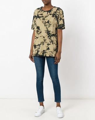 Cómo combinar: camiseta con cuello circular efecto teñido anudado verde oliva, vaqueros pitillo azules, tenis blancos