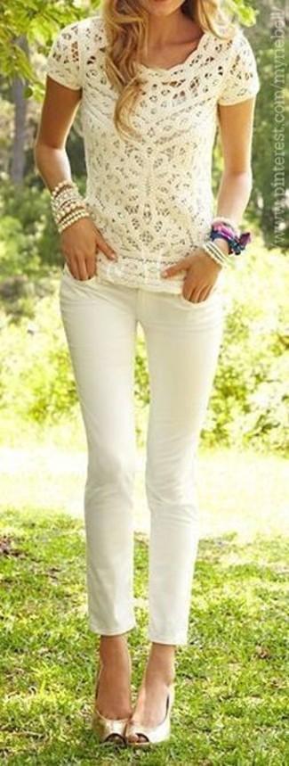 Cómo combinar: camiseta con cuello circular de encaje en beige, vaqueros pitillo blancos, zapatos de tacón de cuero con recorte dorados, pulsera en beige