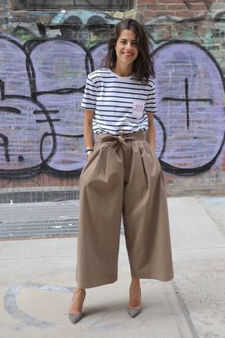 Cómo combinar: camiseta con cuello circular de rayas horizontales en blanco y azul marino, falda pantalón marrón, zapatos de tacón de ante con adornos plateados, pulsera dorada