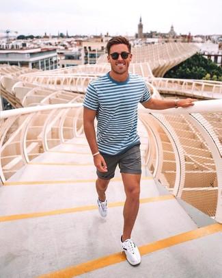 Cómo combinar: camiseta con cuello circular de rayas horizontales en blanco y azul, pantalones cortos grises, deportivas blancas, gafas de sol negras