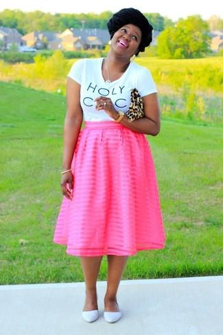 Cómo combinar: camiseta con cuello circular estampada en blanco y negro, falda campana rosa, bailarinas de cuero blancas, cartera sobre de ante de leopardo marrón claro