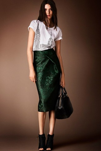 Cómo combinar: camiseta con cuello circular estampada en blanco y negro, falda midi verde oscuro, botines con cordones de ante negros, bolsa tote de cuero negra