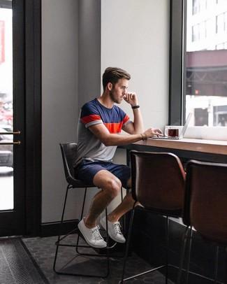 Cómo combinar: camiseta con cuello circular en blanco y rojo y azul marino, pantalones cortos azul marino, tenis de lona blancos, reloj de cuero negro