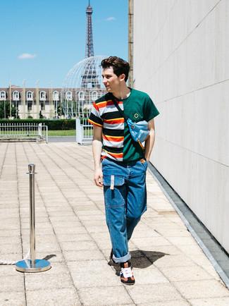 Cómo combinar: camiseta con cuello circular de rayas horizontales en multicolor, vaqueros azules, zapatillas altas de cuero en multicolor, riñonera celeste