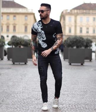 Cómo combinar: camiseta con cuello circular estampada en negro y blanco, vaqueros pitillo negros, tenis de cuero blancos, gafas de sol negras