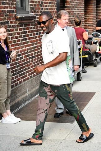 Cómo combinar: camiseta con cuello circular estampada blanca, pantalón chino de camuflaje verde oscuro, sandalias de cuero negras