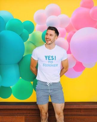 Look de moda: Camiseta con cuello circular estampada en blanco y azul, Shorts de baño de rayas verticales en azul marino y blanco