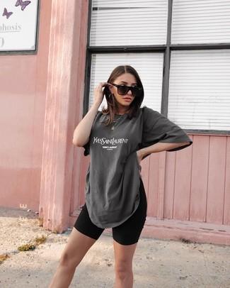 Cómo combinar: camiseta con cuello circular estampada en gris oscuro, mallas ciclistas negras, gafas de sol negras