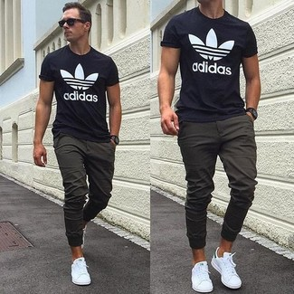 f42ed25ca1d6f ... hombres de 30 años Look de moda  Camiseta con cuello circular estampada  en negro y blanco