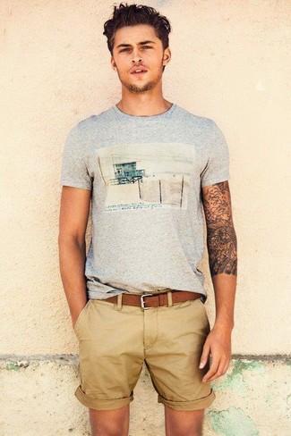 Cómo combinar: camiseta con cuello circular estampada gris, pantalones cortos marrón claro, correa de cuero marrón