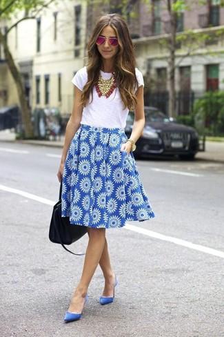 Cómo combinar: camiseta con cuello circular blanca, falda campana con print de flores azul, zapatos de tacón de ante azules, bolsa tote de cuero negra