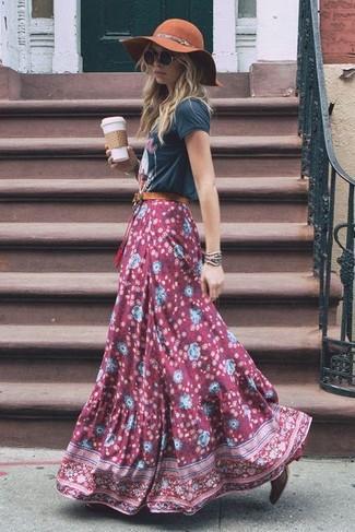 Cómo combinar: camiseta con cuello circular estampada en gris oscuro, falda larga con print de flores burdeos, botines de cuero burdeos, sombrero de lana marrón