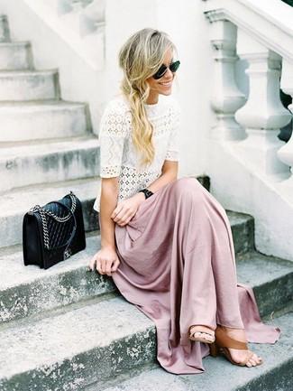 Cómo combinar: camiseta con cuello circular de encaje blanca, falda larga rosada, sandalias de tacón de cuero marrón claro, bolso bandolera de cuero acolchado negro