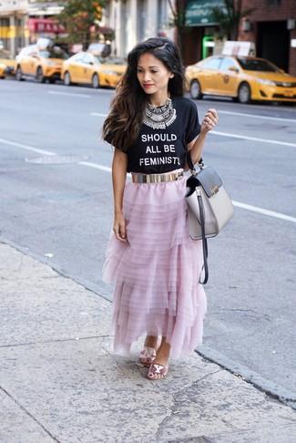 Cómo combinar: camiseta con cuello circular estampada en negro y blanco, falda larga de gasa rosada, sandalias planas de lentejuelas rosadas, bolso de hombre de cuero gris
