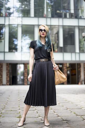 Cómo combinar: camiseta con cuello circular con adornos negra, falda midi plisada negra, bailarinas de cuero en beige, mochila con cordón de cuero marrón claro