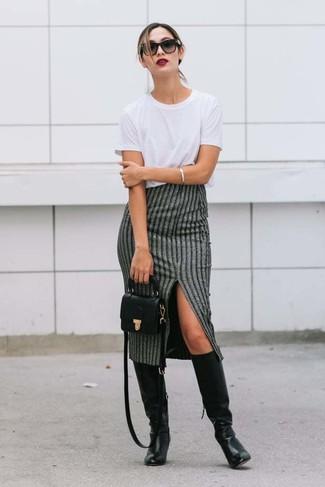 Cómo combinar: camiseta con cuello circular blanca, falda midi de rayas verticales gris, botas de caña alta de cuero negras, bolso bandolera de cuero negro