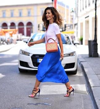 Cómo combinar: camiseta con cuello circular blanca, falda midi de seda azul, sandalias de tacón de cuero rosa, bolso bandolera de cuero estampado naranja