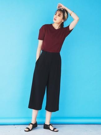 Cómo combinar: camiseta con cuello circular burdeos, falda pantalón negra, sandalias planas de cuero negras, bandana en beige