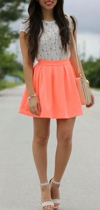 Cómo combinar: camiseta con cuello circular de encaje blanca, falda skater naranja, sandalias de tacón de cuero grises, bolso bandolera de cuero en beige