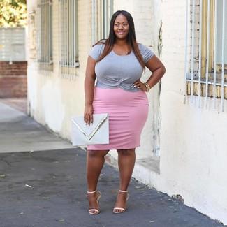 Cómo combinar: camiseta con cuello circular gris, falda lápiz rosada, sandalias de tacón de cuero blancas, cartera sobre de cuero gris