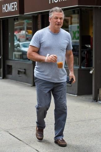 Cómo combinar: camiseta con cuello circular gris, pantalón chino gris, mocasín de cuero marrón
