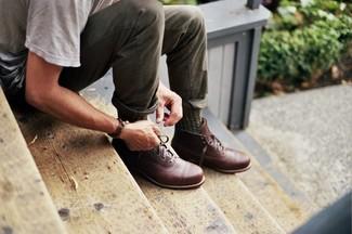 Cómo combinar: camiseta con cuello circular gris, pantalón chino verde oliva, botas casual de cuero marrónes, calcetines verde oliva