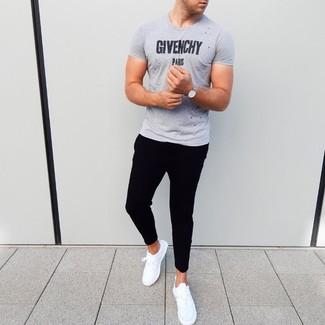 Cómo combinar: camiseta con cuello circular estampada gris, pantalón de chándal negro, deportivas blancas, reloj plateado