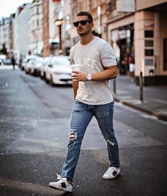 Cómo combinar: camiseta con cuello circular estampada gris, vaqueros desgastados azules, tenis de cuero estampados blancos, gafas de sol negras