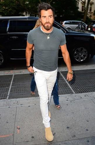 Cómo combinar: camiseta con cuello circular gris, vaqueros blancos, botines chelsea de ante marrón claro