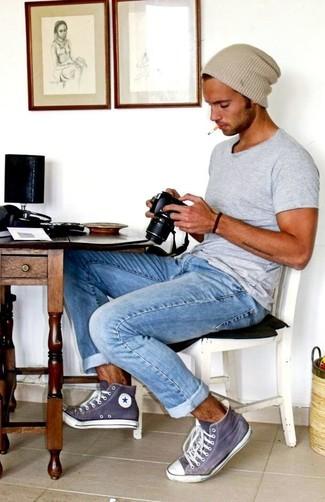 Cómo combinar: camiseta con cuello circular gris, vaqueros celestes, zapatillas altas en violeta, gorro en beige
